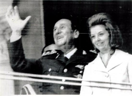 Juan Domingo Perón e Isabelita Perón saúdam a população argentina na sacada da Casa Rosada, no dia da posse