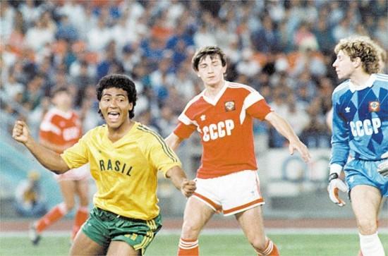 Romário comemora gol no jogo final contra a União Soviética, em que a seleção brasileira perdeu, ficando com a medalha de prata.
