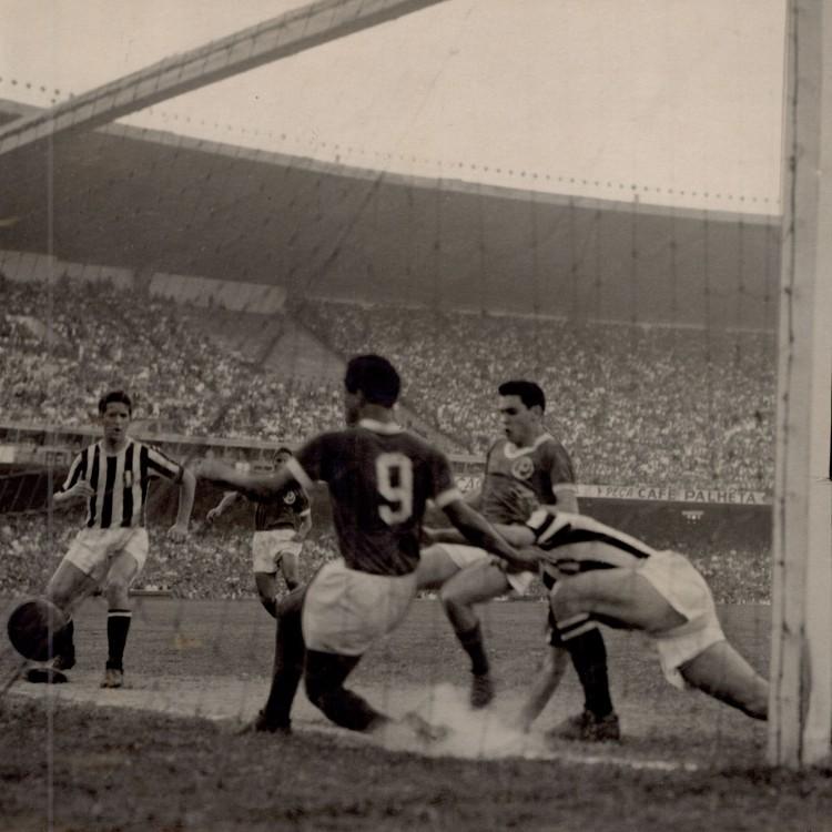 O atacante Liminha empata a partida (2 a 2). O gol deu ao Palmeiras o título da Taça Rio