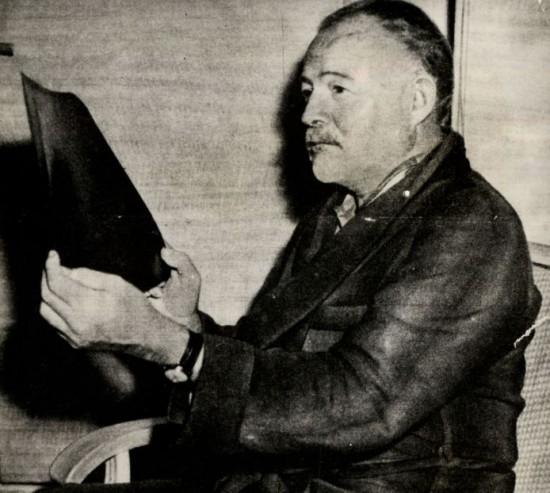 O escritor ernest Hemingway, em sua casas em Cuba, em 1956