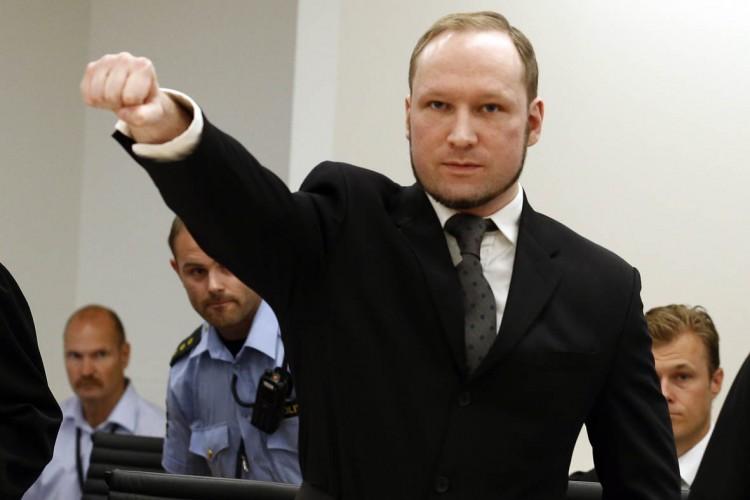Anders Behring Breivik faz saudação nazista na chegada ao tribunal em Oslo