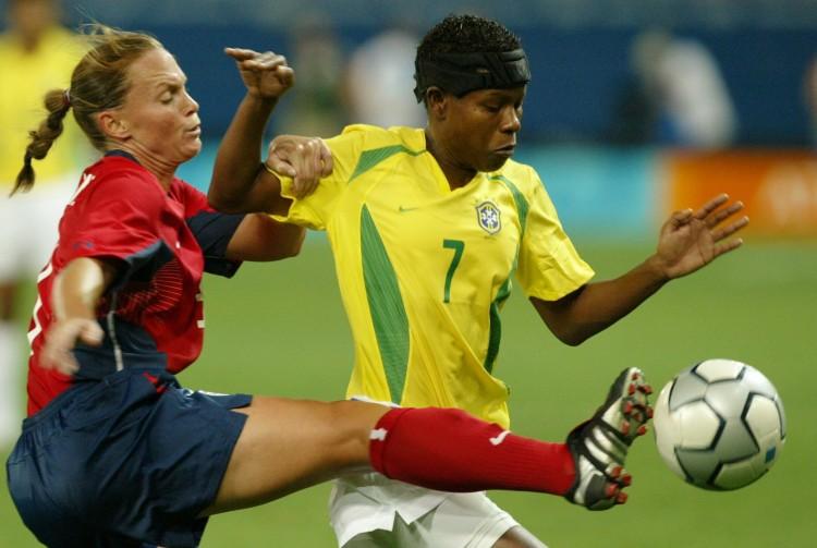 A meio-campista brasileira Formiga disputa bola contra jogadora americana, na vitória dos EUA por 2 a 1, na final dos Jogos de Atenas-2004 (Foto: Flávio Florido/Folhapress)