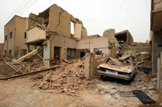 Ataque dos EUA ao Iraque: casas no bairro residencial de Raghiba Khatton, ao norte de Bagdá destruídas após ataque americano. (Foto: Juca Varella - 26.mar.2003/Folhapress)