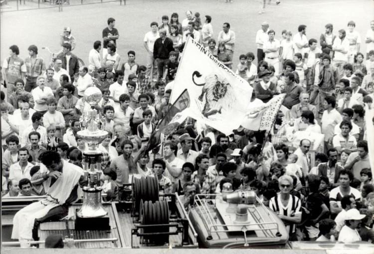 Comemoração em frente ao Limeirão, com a taça do Campeonato Paulista, no dia 4 de setembro de 1986 (C´redito: Ernesto Papa/Folhaoress)