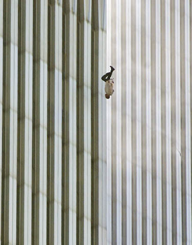 Ataque terrorista nos EUA: queda de americano que pulou do World Trade Center para fugir das chamas. (Foto: Richard Drew - 11.set.2001/AP)