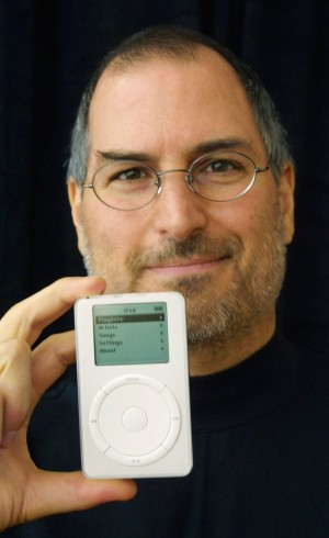 Jobs apresenta o iPod (Foto:  Susan Ragan - 23.out.2001/Reuters)