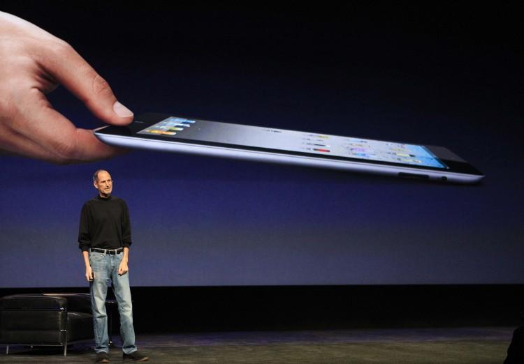 Com suas tradicionais vestimentas e mais magro que o normal, Steve Jobs mostra o iPad 2 ao público, em conferência da Apple (Foto: Beck Diefenbach - 2.mar.2011/Reuters)