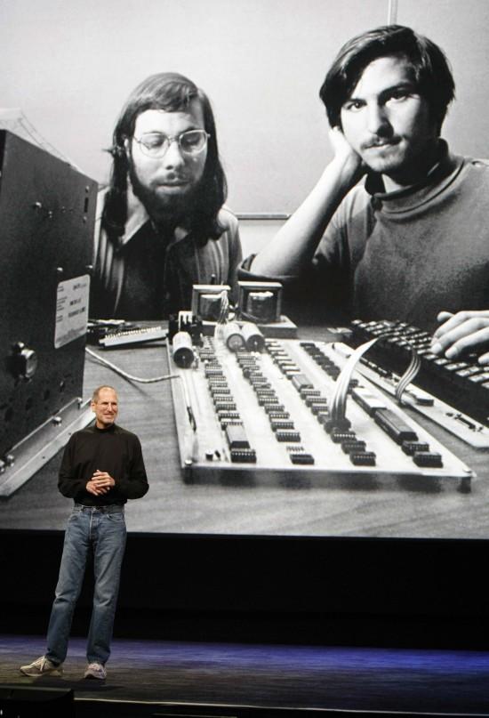 Steve Jobs em conferência da Apple com um retrato antigo dele e de Steve Wozniak no telão ao fundo (Paul Sakuma - 27.jan.2010/Associated Press