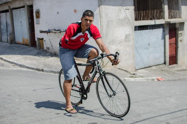 O ciclista David Santos Souza, 22, de bicicleta, na Cidade Júlia, zona sul de São Paulo. (Foto: Tercio Teixeira - 19.dez.2013/ Folhapress)