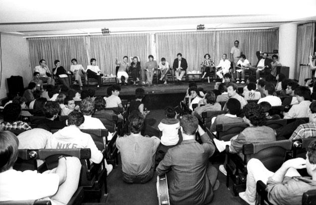 Público de cerca de 150 pessoas participa de debate promovido pela Folha (Foto: Mario Leite - 11.nov.1984/Folhapress)