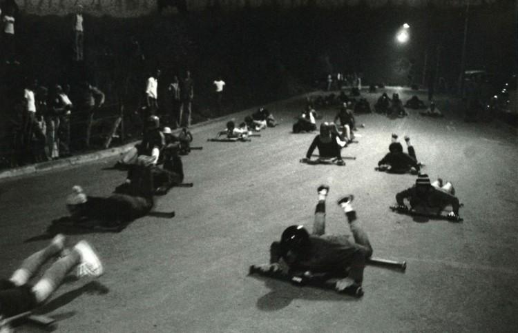 Jovens fazem treino na ladeira prof. Carlos Gomes, no Morumbi, na zona sul de São Paulo (Foto: 16.out.1965/Folhapress)