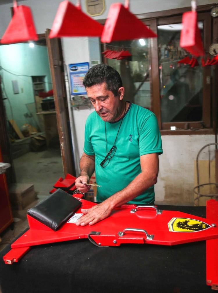 Ex-taxista Ivair de Moura Chaves, 63, abandonou a profissão para se dedicar à fabricação de carrinhos de rolimã (Foto Júlia Chequer – 6.out.2016)