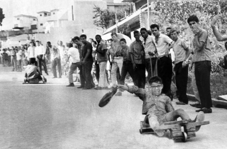 Garoto participa de competição em uma das ladeiras do Jardim São Bento, na zona norte de São Paulo. (Foto: 19.abr.1965/Folhapress)