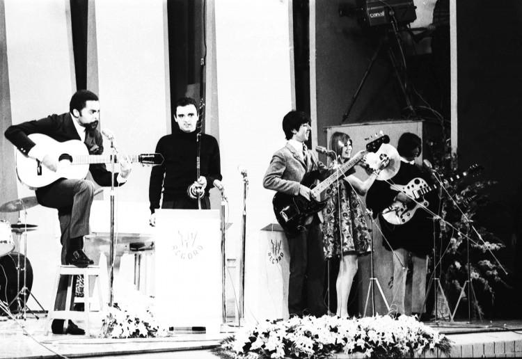 Os Mutantes acompanham Gilberto Gil no 3º Festival de Música Popular Brasileira da TV Record (Foto: 06.out.1967/UH/Folhapress)