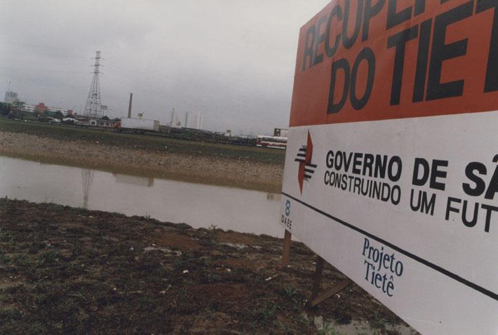 Margens do rio Tietê com a placa do projeto de recuperação e despoluição. (Foto: Helcio Nagamine - 23.set.1993/Folhapress)