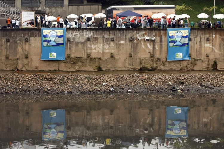 Atividade promovida pela Fundação SOS Mata Atlântica, próxima a Ponte das Bandeiras. (Foto: Almeida Rocha - 22.set.2009/Folhapress)