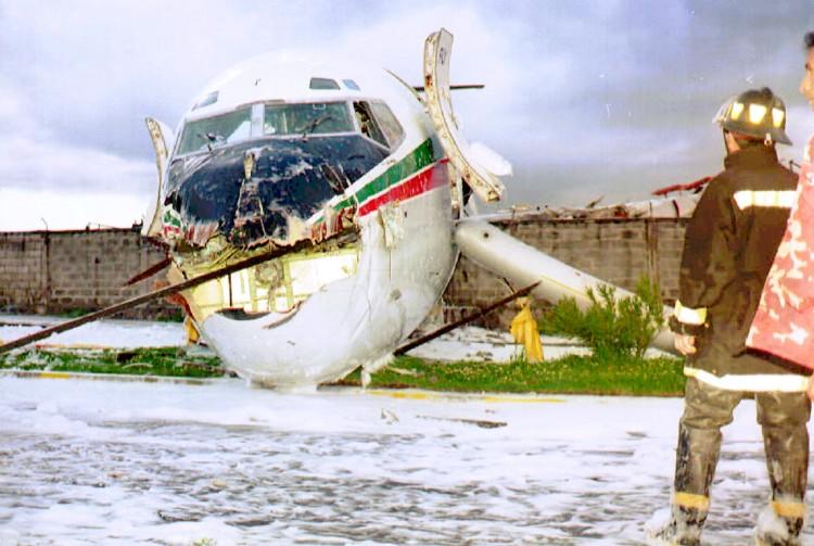 O avião que levaria a delegação corintiana de volta a São Paulo (Foto: 1º.mai.1996/France Press)