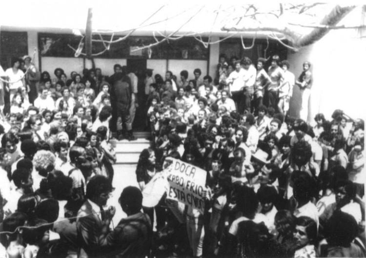 ORG XMIT: 165501_0.tif 1979 Manifestação em favor de Doca Street do lado de fora do tribunal, em Cabo Frio (RJ). Ele assassinou Ângela Diniz,  e foi condenado a dois anos, com direito a sursis. Saiu livre do tribunal e virou uma espécie de herói nacional. (Walter Ennes/Folhapress)