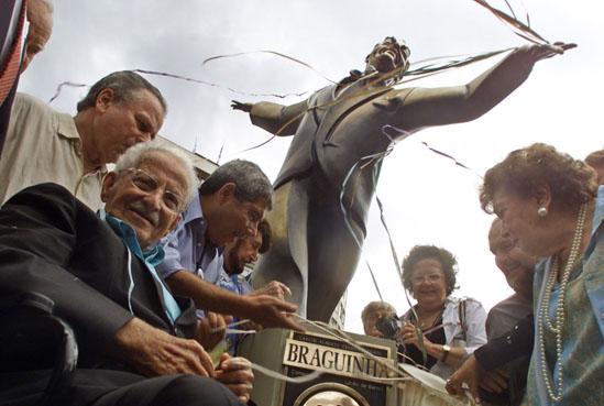 Inauguração da estátua do compositor Braguinha, que aos 97 anos compareceu à cerimônia, em Copacabana (Foto: Tuca Vieira – 19.fev.2004/Folhapress)
