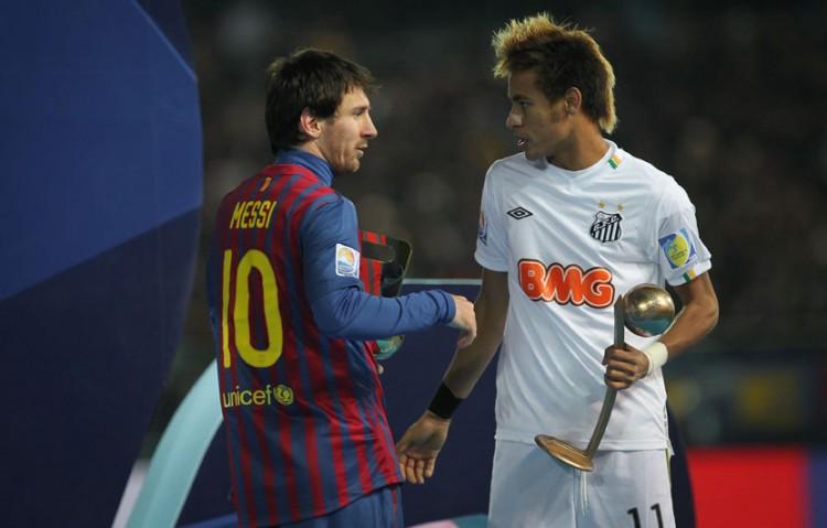 Neymar conversa com Lionel Messi, após receber troféu de terceiro Melhor Jogador na premiação do mundial de clubes em Yokohama (Japão) (Foto: Ricardo Nogueira - 18.dez.2011/Folhapress)