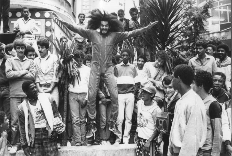 SÃO PAULO, SP, BRASIL, 00-00-1984: Nelson Triunfo dança break no centro da cidade de São Paulo (SP). (Foto: Folhapress)