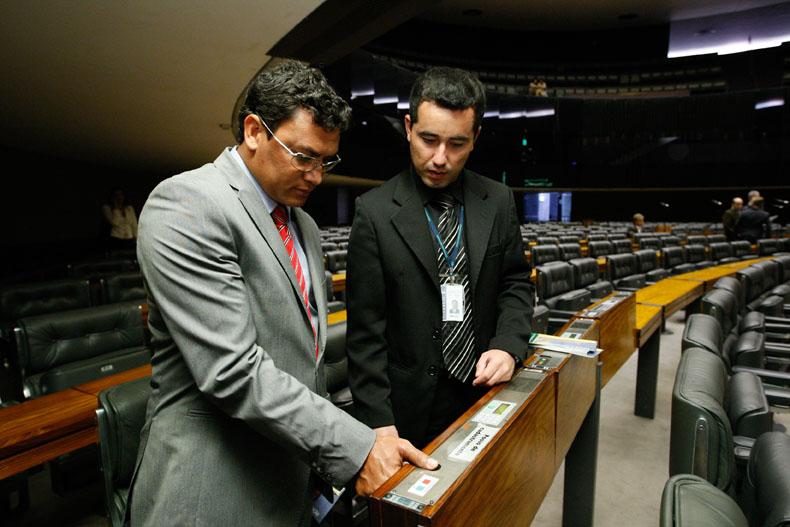 Acelino Freitas (PRB-BA), o Popó, registra sua senha e impressão digital após tomar posse como deputado federal. (Foto: Sergio Lima - 3.fev.2011/Folhapress)