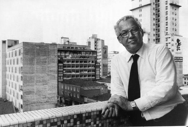 O jornalista Paulo Francis na sede do jornal Folha de S. Paulo (Foto: Luiz Carlos Murauskas - 28.jul.1982/Folhapress)