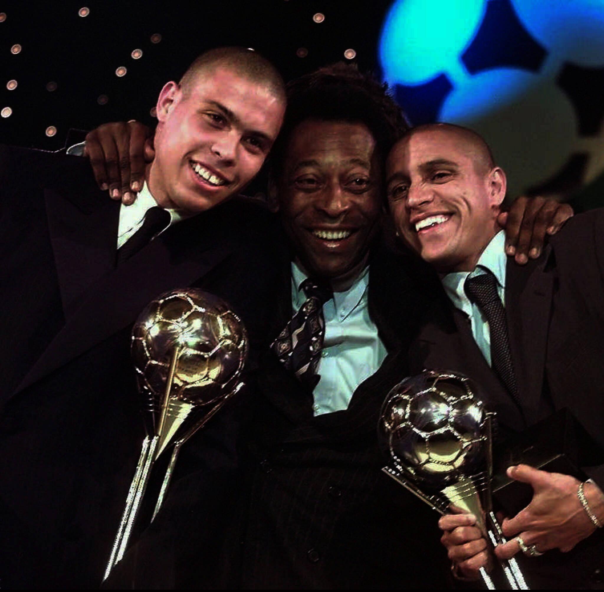 0c23652f9 Futebol – Entrega do troféu de melhor jogador do mundo 1998  os jogadores  Ronaldinho e Roberto Carlos ao lado do ministro Pelé. Brazilians Ronaldo   L  and ...